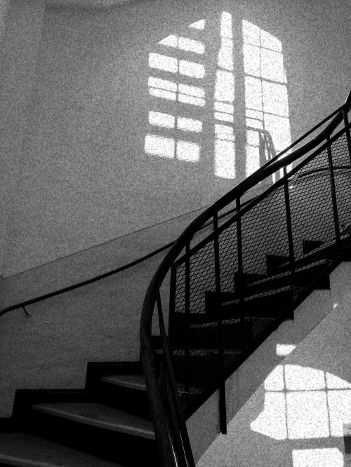 Treppenhaus - grau und schwer - wie Trauer